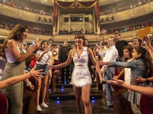 """Aitana se baja del escenario en la actuación """"Vas a quedarte""""/ Los40"""
